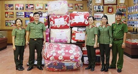 Ủng hộ tiền, gạo, chăn ấm cho Công an xã tại miền Trung