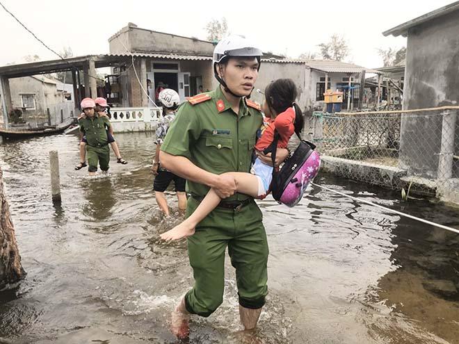Sáng ngời hình ảnh người chiến sĩ Công an giúp dân giữa mùa mưa bão