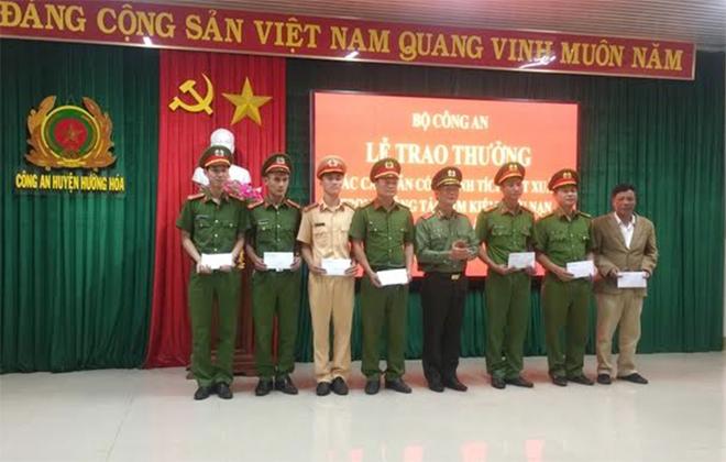 Khen thưởng tập thể, cá nhân tham gia tìm kiếm CNCH tại huyện Hướng Hóa