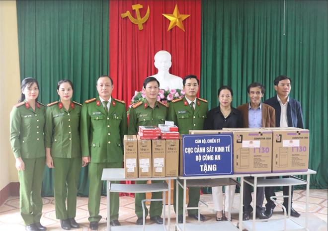 Cục Cảnh sát kinh tế tặng quà các trường học và bà con vùng lũ - Ảnh minh hoạ 3