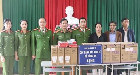 Cục Cảnh sát kinh tế tặng quà các trường học và bà con vùng lũ