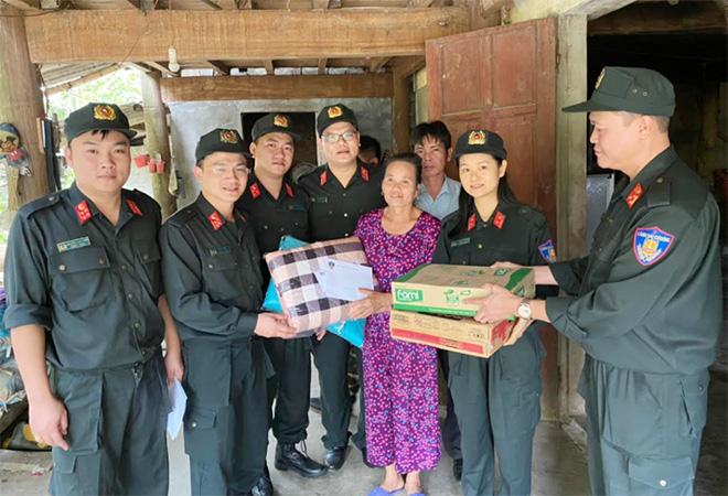 Bộ Tư lệnh CSCĐ ủng hộ gia đình cán bộ, chiến sĩ trong vùng lũ - Ảnh minh hoạ 3