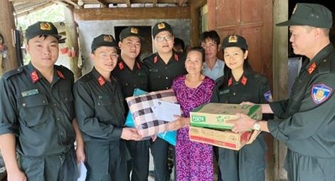 Bộ Tư lệnh CSCĐ ủng hộ gia đình cán bộ, chiến sĩ vùng lũ