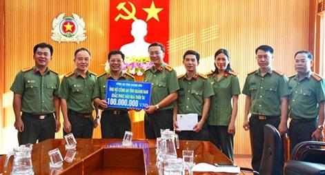 Thăm, tặng quà Công an Quảng Nam