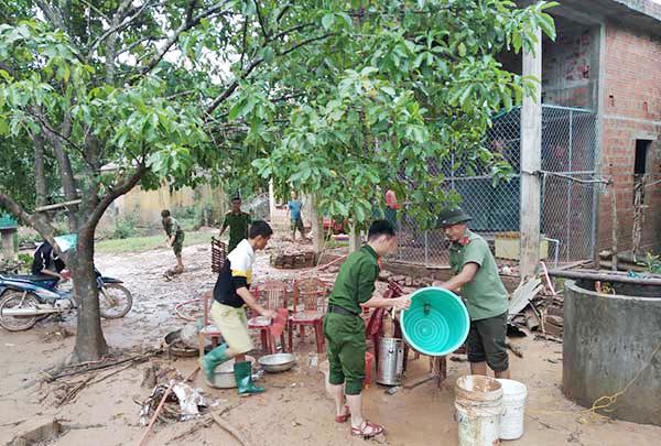 Sát cánh cùng nhân dân trong dịch bệnh và mưa lũ - Ảnh minh hoạ 2