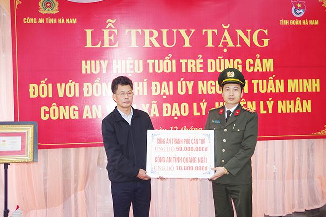 """Truy tặng Đại úy Nguyễn Tuấn Minh Huy hiệu """"Tuổi trẻ dũng cảm"""