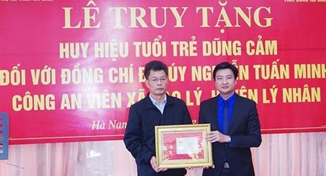 """Truy tặng Đại úy Nguyễn Tuấn Minh Huy hiệu """"Tuổi trẻ dũng cảm"""""""