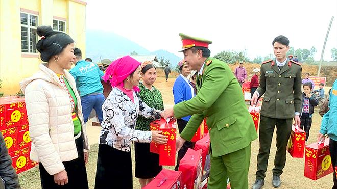 Trao 100 suất quà Tết cho nhân nhân xã Song Khủa, huyện Vân Hồ, tỉnh Sơn La - Ảnh minh hoạ 3