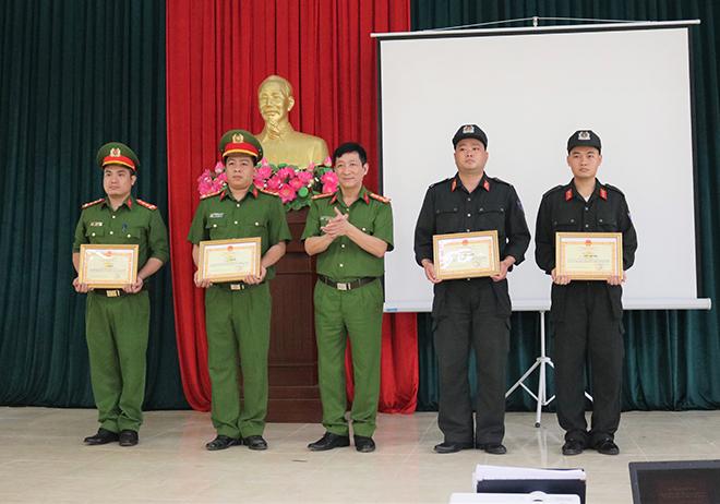 Khen thưởng tập thể, cá nhân trong đấu tranh, phòng chống tội phạm - Ảnh minh hoạ 2