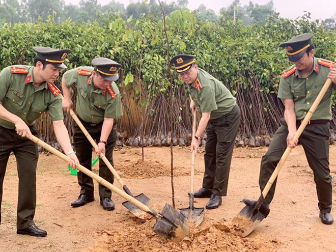 Cục Công nghiệp An ninh phối hợp Công an tỉnh Phú Thọ trồng mới 1.000 cây xanh - Ảnh minh hoạ 4