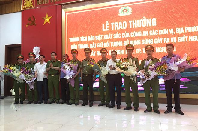 Khen thưởng vụ bắt đối tượng bắn chết 2 người ở Nghệ An - Ảnh minh hoạ 2