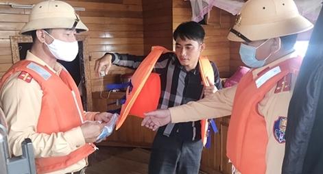 CSGT tặng áo phao và khẩu trang cho bà con tham giao thông đường thủy