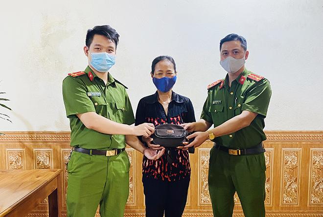 Công an phường Lào Cai trao trả tài sản cho người đánh rơi