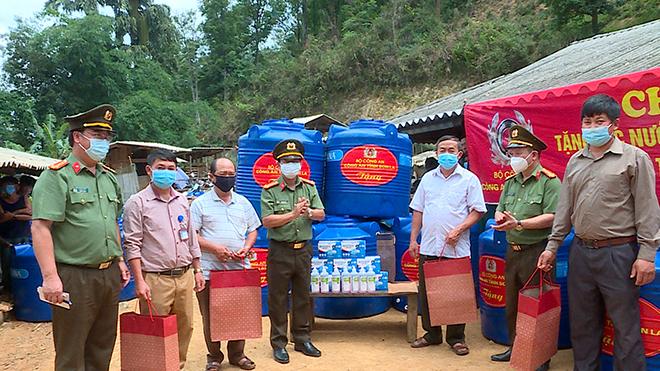 Công an tỉnh Sơn La thăm hỏi, tặng quà nhân dân huyện Thuận Châu