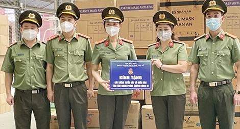 Cục Đào tạo trao quà ủng hộ Công an tỉnh Bắc Giang chống dịch