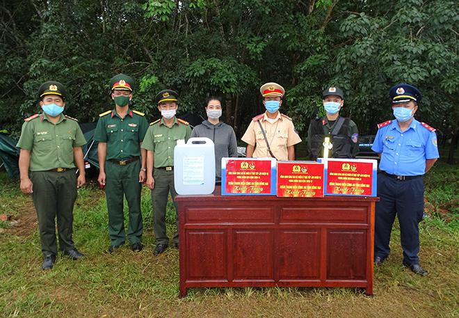 Thanh niên Công an Đồng Nai tặng quà lực lượng liên ngành tại các chốt kiểm soát - Ảnh minh hoạ 4