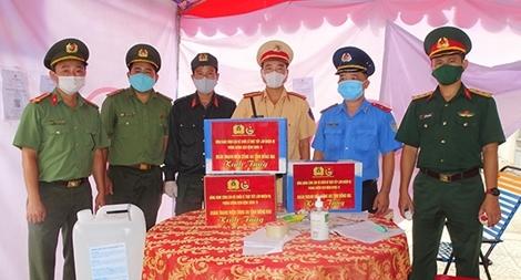 Thanh niên Công an Đồng Nai tặng quà lực lượng liên ngành tại các chốt kiểm soát