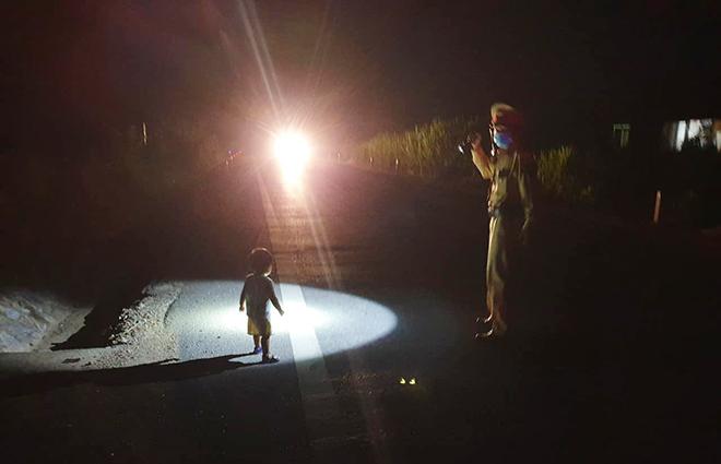 CSGT giúp cháu bé 2 tuổi an toàn sau khi một mình chạy ra đường