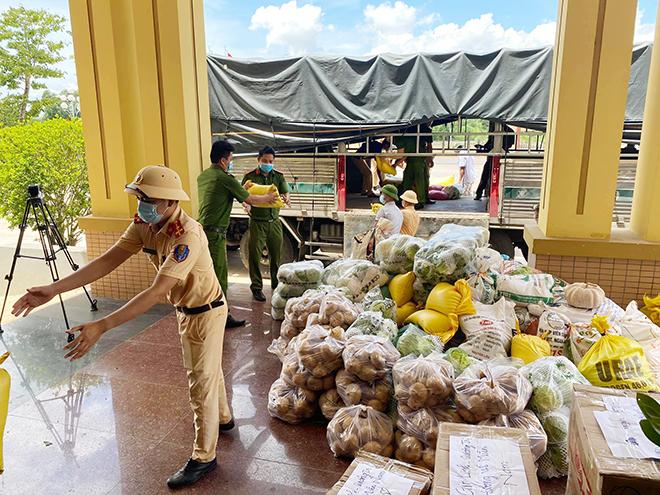 Lời tâm sự nghẹn lòng của trưởng công an huyện và 22 tấn hàng hỗ trợ đồng bào nghèo - Ảnh minh hoạ 2
