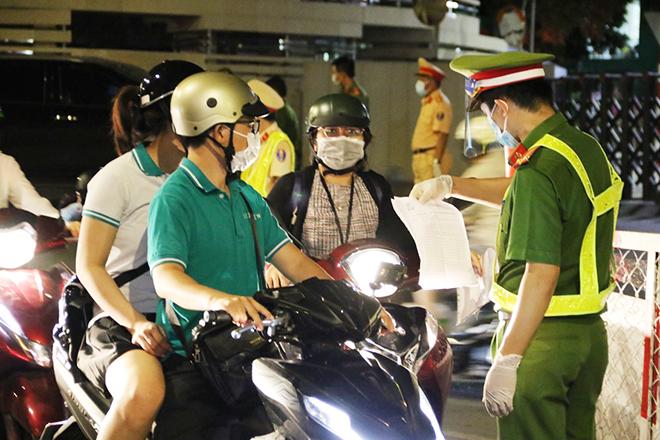 Công an TP Hồ Chí Minh tuyên truyền đi kèm xử phạt nghiêm để chống dịch