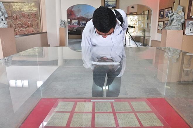 Phút xúc động bên bức thư thiêng của liệt sĩ Lê Văn Huỳnh.