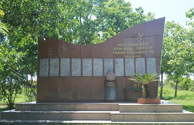 Đài tưởng niệm những sinh viên - chiến sĩ đã hi sinh trong 81 ngày đêm khói lửa năm 1972.