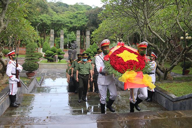 Công an tỉnh Sơn La tổ chức lễ thắp nến tri ân Ngày Thương binh - Liệt sĩ