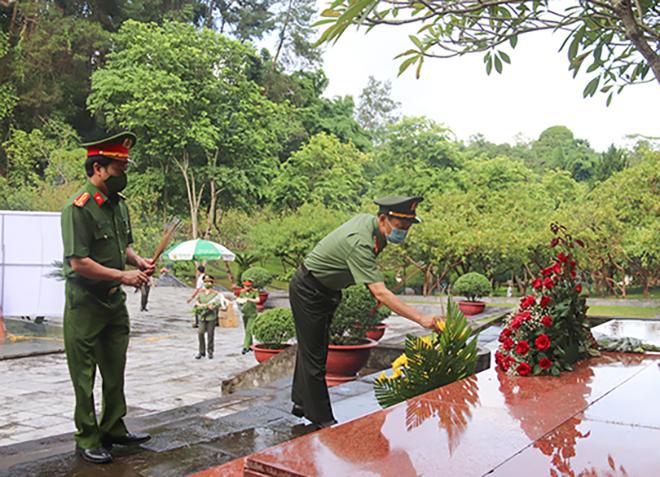 Công an tỉnh Sơn La tổ chức lễ thắp nến tri ân Ngày Thương binh - Liệt sĩ - Ảnh minh hoạ 3