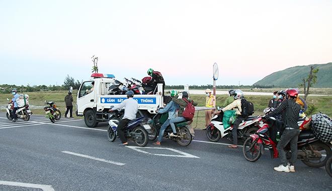 Tiếp tế đồ ăn, nước uống, dẫn đoàn người đi xe máy về từ vùng dịch các tỉnh phía Nam rời Hà Tĩnh an toàn - Ảnh minh hoạ 3