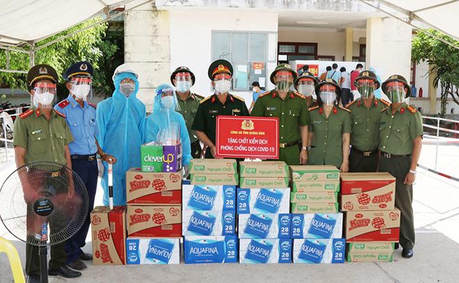 Tặng quà cho chốt kiểm dịch phía Nam của tỉnh Quảng Bình