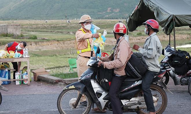 Tiếp tế đồ ăn, nước uống, dẫn đoàn người đi xe máy về từ vùng dịch các tỉnh phía Nam rời Hà Tĩnh an toàn