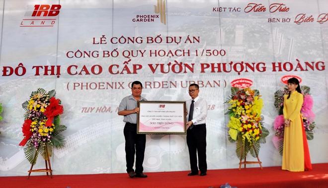 Trao tặng 500 triệu đồng cho UBND TP Tuy Hòa xây nhà tình nghĩa