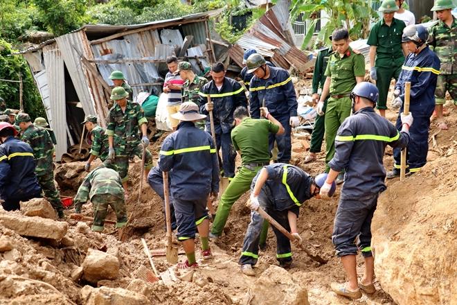 Công an dầm mưa, bất chấp hiểm nguy cứu nạn ở vùng lũ Nha Trang - Ảnh minh hoạ 3
