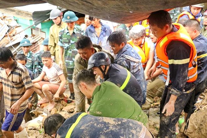 Công an dầm mưa, bất chấp hiểm nguy cứu nạn ở vùng lũ Nha Trang - Ảnh minh hoạ 2