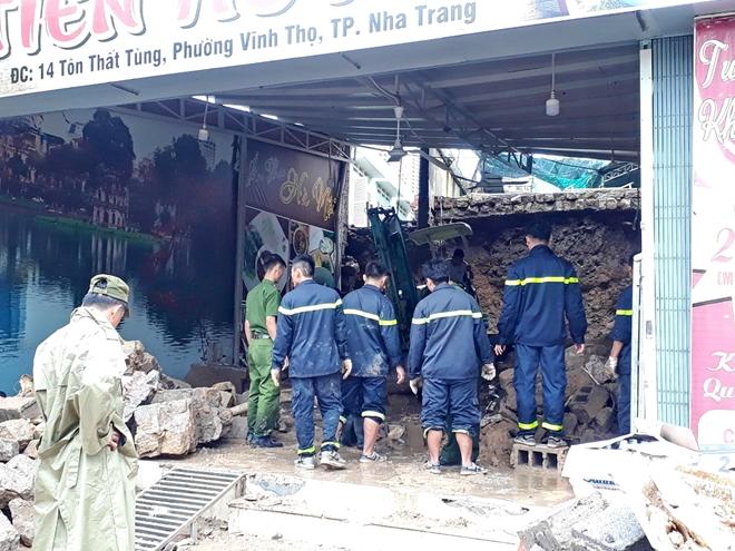 Công an dầm mưa, bất chấp hiểm nguy cứu nạn ở vùng lũ Nha Trang - Ảnh minh hoạ 4