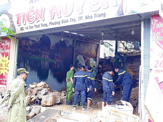 Công an dầm mưa, bất chấp hiểm nguy cứu nạn ở vùng lũ Nha Trang - Ảnh minh hoạ 5