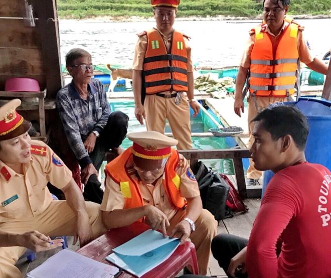 Cảnh sát giao thông thu thập lời khai của thuyền trưởng tàu Phi Long 09 và nhân chứng
