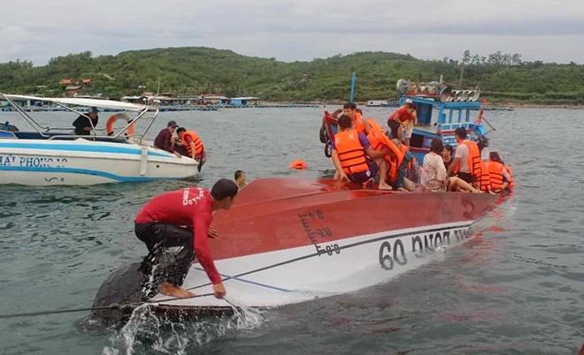 Hiện trường vụ tai nạn khi một số du khách đã được đưa lên mặt úp của tàu cao tốc Phi Long 09
