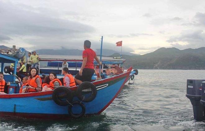 Cảnh sát giao thông cùng một số thuyền trưởng, thuyền viên tàu du lịch cứu vớt người bị nạn đưa vào bờ