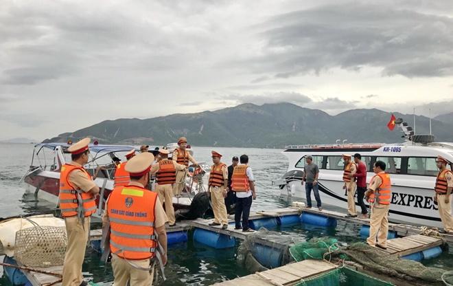 Sau cuộc cứu nạn, Cảnh sát giao thông lên bè nuôi thủy sản ở gần hiện trường để thu thập thông tin vụ việc