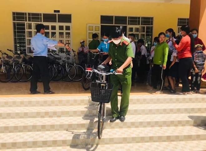 20 chiếc xe đạp tặng học sinh nghèo Phú Yên