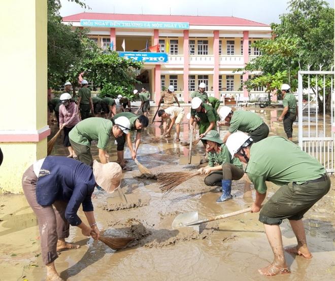 Công an khu Nam Trung bộ giúp dân khắc phục hậu quả bão lũ - Ảnh minh hoạ 6