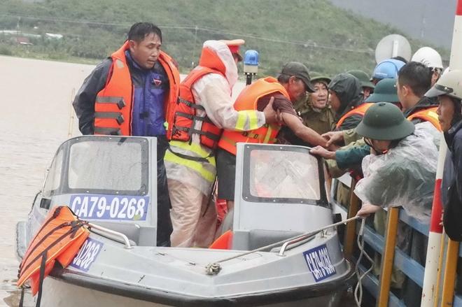 Công an khu Nam Trung bộ giúp dân khắc phục hậu quả bão lũ - Ảnh minh hoạ 2