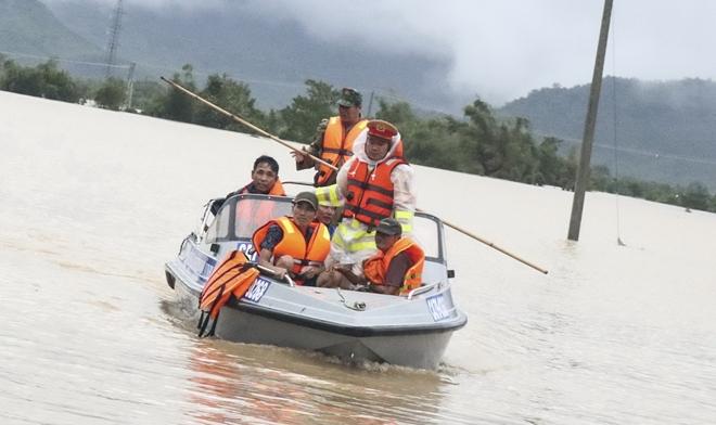 Công an khu Nam Trung bộ giúp dân khắc phục hậu quả bão lũ
