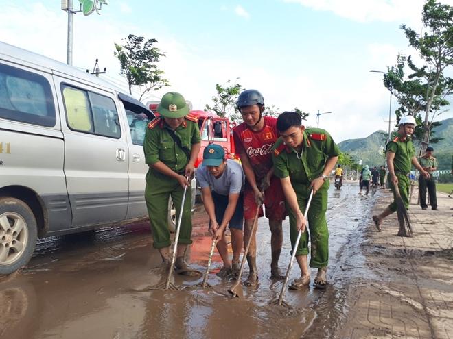 Công an khu Nam Trung bộ giúp dân khắc phục hậu quả bão lũ - Ảnh minh hoạ 7