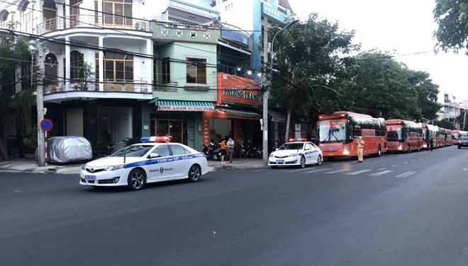 CSGT Phú Yên dẫn đường đoàn xe khách đưa 400 người dân về quê an toàn