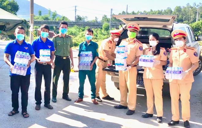 CSGT Phú Yên dẫn đường đoàn xe khách đưa 400 người dân về quê an toàn - Ảnh minh hoạ 4