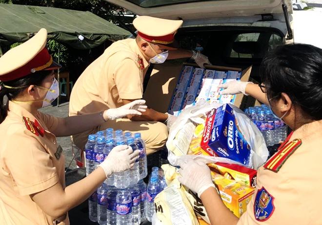 CSGT Phú Yên dẫn đường đoàn xe khách đưa 400 người dân về quê an toàn - Ảnh minh hoạ 5