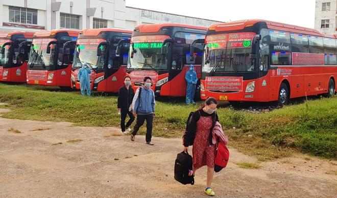 CSGT Phú Yên dẫn đường đoàn xe khách đưa 400 người dân về quê an toàn - Ảnh minh hoạ 6