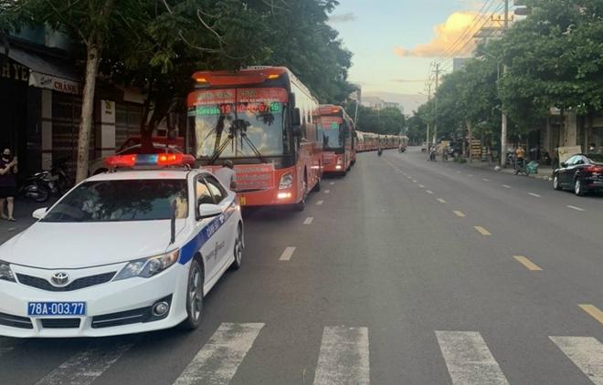 CSGT Phú Yên dẫn đường đoàn xe khách đưa 400 người dân về quê an toàn - Ảnh minh hoạ 2